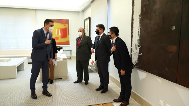 El presidente del Gobierno, Pedro Sánchez, saluda a representantes de multinacionales, como Huawei.