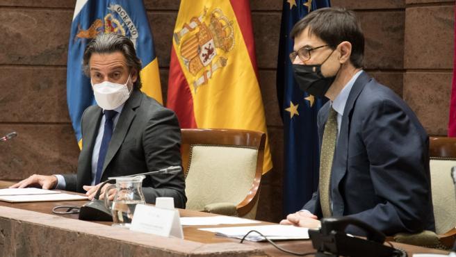 El presidente del Parlamento de Canarias, Gustavo Matos, y el secretario de Estado para la Unión Europea, Juan González-Barba Pera, en una reunión con grupos parlamentarios