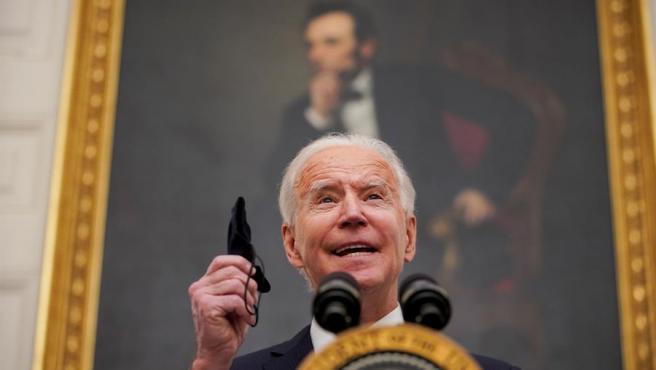 El presidente de EE UU, Joe Biden, sostiene una mascarilla mientras habla durante un evento sobre la respuesta al Covid-19.
