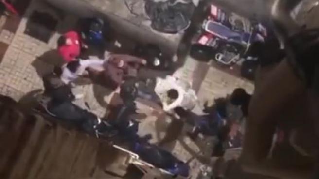 Imagen de la agresión donde varios vecinos agreden a un hombre.