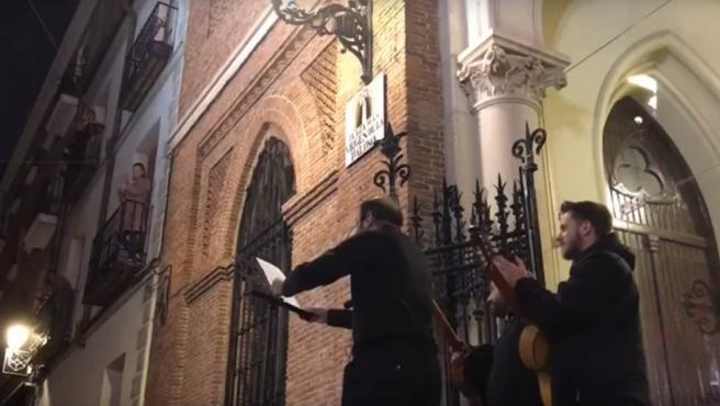 Los sacerdotes de la Iglesia de la Paloma cantan canciones durante el confinamiento.