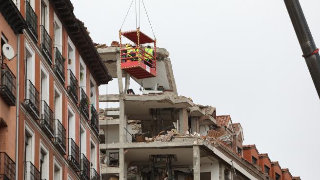 Operarios colgados de una grúa trabajan en la inspección del edificio tras la explosión.