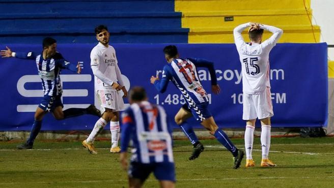Jugadores del Real Madrid se lamentan tras el segundo gol del Alcoyano.