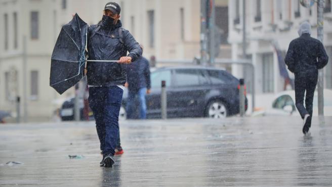 Transeúntes pasean por el centro de la capital en una jornada marcada por las lluvias y la bajada de temperaturas, en Madrid, (España), a 2 de octubre de 2020.