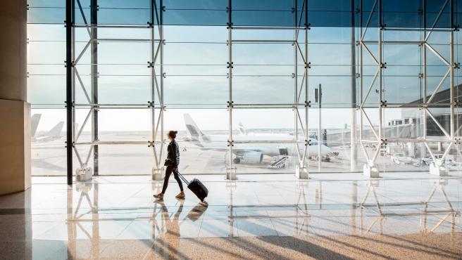 Una pasajera en el aeropuerto del Prat