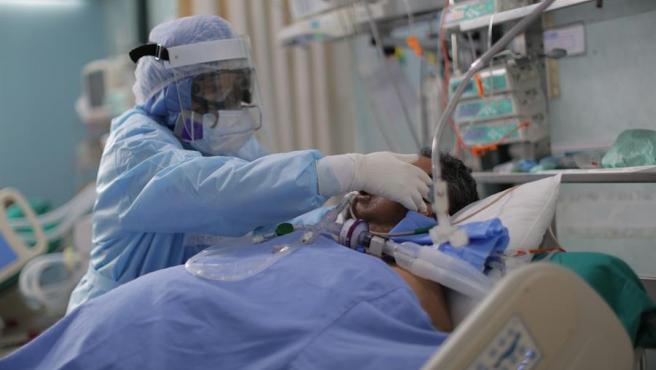 Una enfermera atiende a un paciente de COVID-19 en la UCI de un hospital de Callao (Perú).