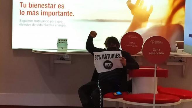 David Tejerina, de Hostelería con Conciencia, encadenado en la antigua oficina comercial de EDP en Gijón