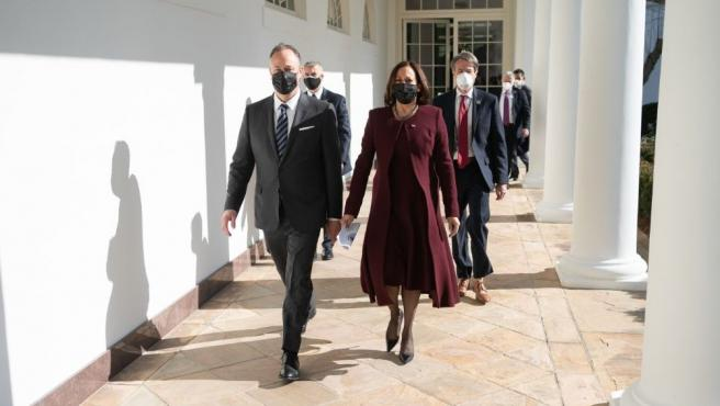 Douglas Emhoff y Kamala Harris en la toma de poder en Washington.
