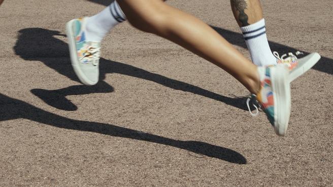 En Dolfie destacan zapatos y botas elaborados a mano con la utilización de cuero ecológico curtido de manera vegetal y sin productos químicos para reducir el impacto ambiental.