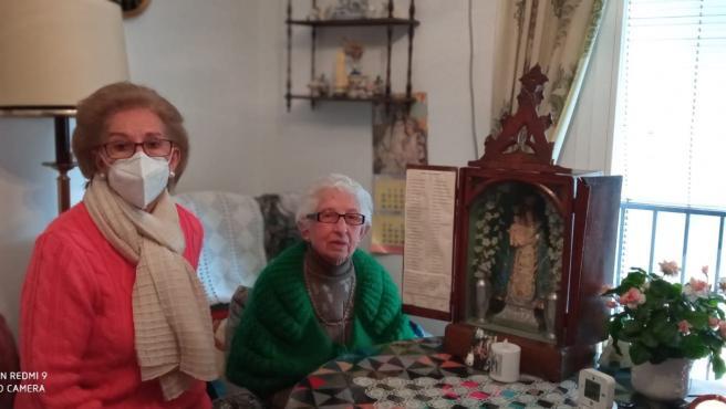 Pilar Carralcázar, una de las impulsoras de la campaña, junto a Hortensia, la propietaria de la capilla portátil, que ya está en su casa de Montefrío.