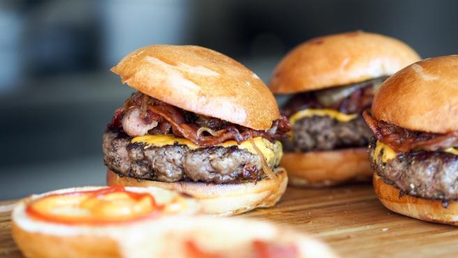 Mucho mejor las manos para deleitarse con una hamburguesa que cuchillo y tenedor. De hecho parte de su encanto es la dificultad de no abarcar los ingredientes y que se caigan mientras que los intentas comer.