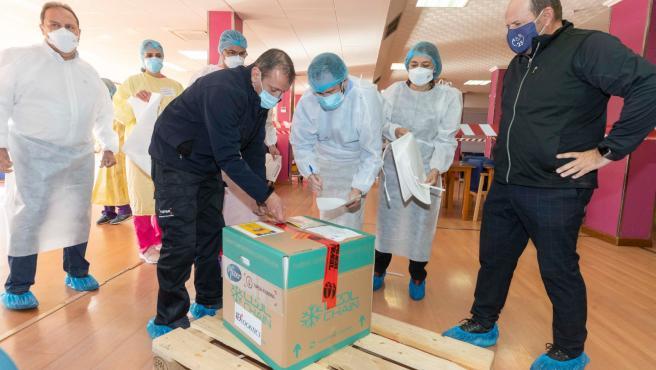 Jaime Jesús Pérez, recibiendo una remesa de vacunas.