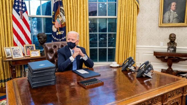 El presidente de Estados Unidos, Joe Biden, en el Despacho Oval de la Casa Blanca, tras su investidura.