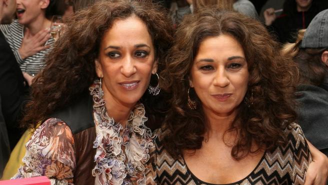 Las cantantes Rosario Flores y Lolita Flores posan juntas en un evento.