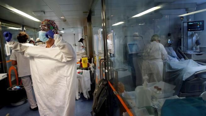 Profesionales sanitarios trabajan en una de las UCI del Hospital Clínic de Barcelona para pacientes con coronavirus.