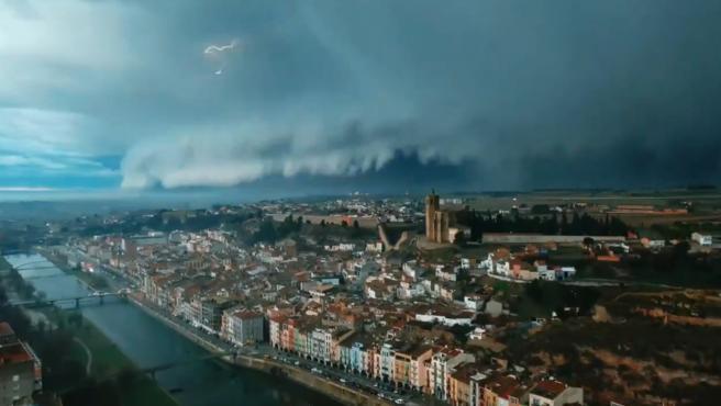 Imagen de la impresionante tormenta caída en Paeria de Balaguer (Lleida), causada por el paso de la borrasca Hortense.