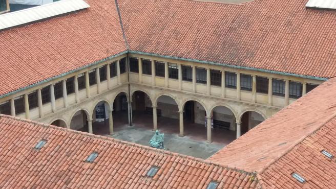 Universidad de Oviedo. Claustro. Edificio histórico.