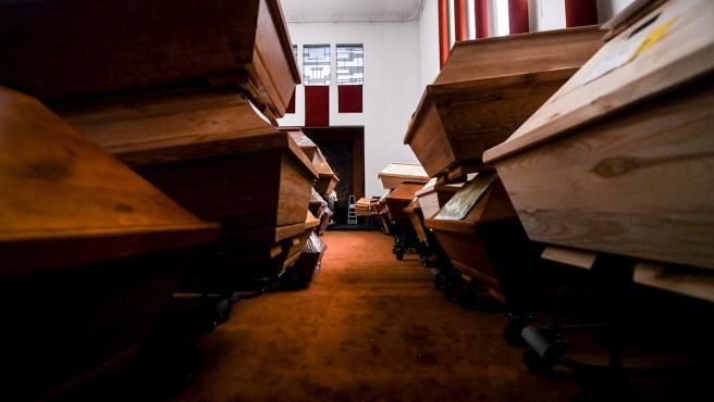 Ataúdes apilados en un crematorio de Meissen, Alemania.
