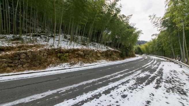 Carretera autonómica en Asturias con nieve.