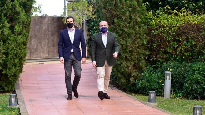 El líder del PP, Pablo Casado, y el presidente del PP catalán, Alejandro Fernández.