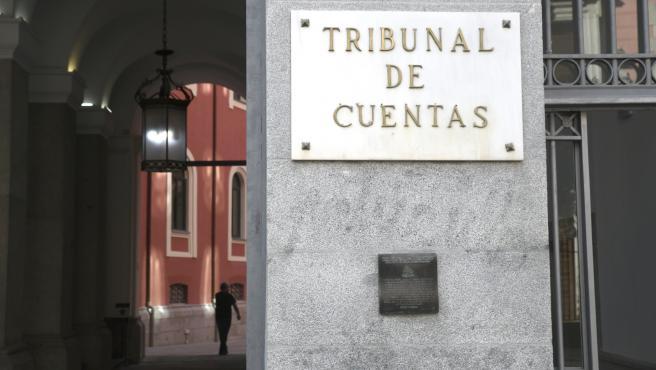 Placa en la puerta principal del edificio del Tribunal de Cuentas en Madrid