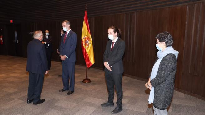 El Rey Felipe VI junto al vicepresidente segundo del Gobierno, Pablo Iglesias, y la ministra de Asuntos Exteriores, Arancha González Laya, durante su viaje a Bolivia