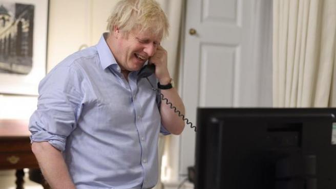 Boris Johnson, hablando por teléfono con Joe Biden.