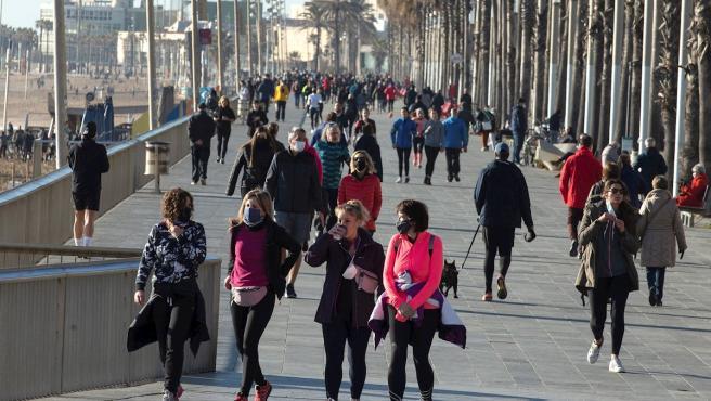 Numerosas personas pasean y practican deporte en la playa de Somorrostro de Barcelona en plena tercera ola del coronavirus.