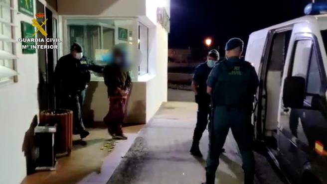 La Guardia Civil procede a la detención de uno de los asistentes a la fiesta.