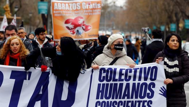 Varias personas participan en la manifestación bajo el título 'Marcha por la libertad', convocada por el colectivo 'Humanos conscientes y libres' en Madrid.