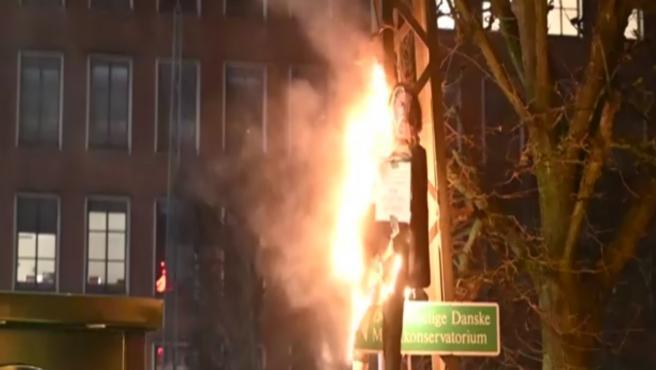 Muñeco de Mette Frederiksen quemado durante una protesta.