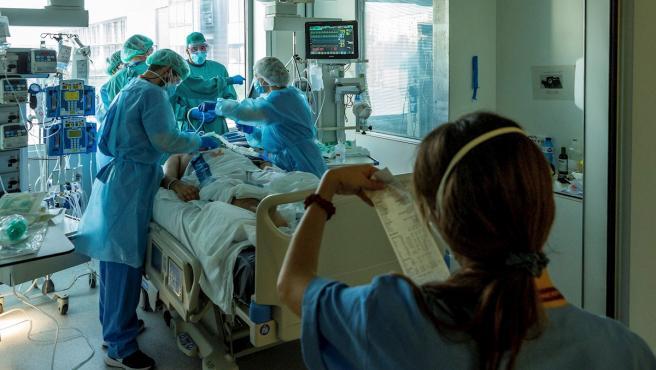Profesionales del personal sanitario de las UCI del Hospital Universitario de Bellvitge para pacientes covid.