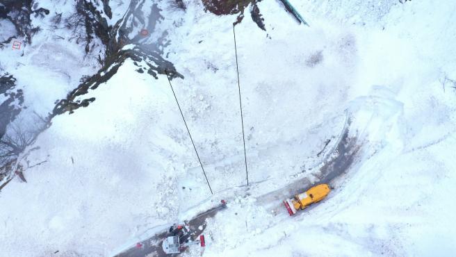 Vista aérea del Puerto de San Isidro, en Aller, donde continúan las labores de búsqueda del operario desaparecido el pasado 1 de enero tras un alud que arrastró la máquina quitanieves en la que trabajaba.