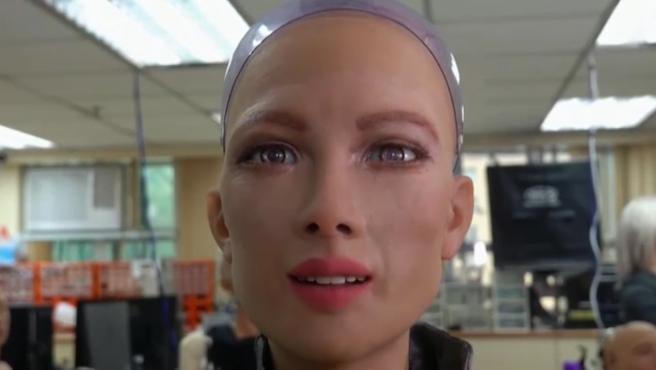 Es Sophia la mujer robot que se ha vuelto viral desde que se presentó en 2016 por la compañía Hanson Robotics .El equipo, con sede en Hong Kong, tiene ahora un nuevo reto: producir en masa miles de robots para finales de este año. La celebridad cibernética se ha hecho famosa en espectáculos nocturnos, en revistas de moda y ha sido nombrada la primera