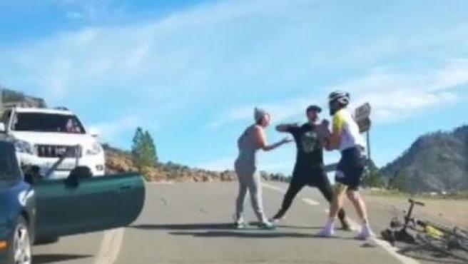 Imagen de la agresión que acabó con el ciclista recibiendo varios golpes en la cara.