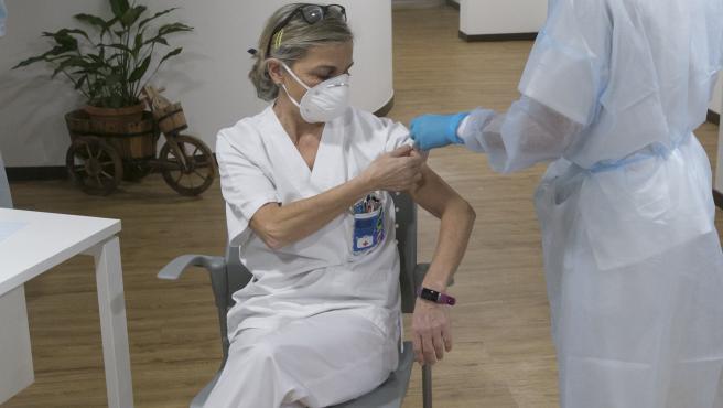 CORONAVIRUS ASTURIAS. (Socorro Mancebo, técnico auxiliar de cuidados del ERA) Inicio de la segunda tanda de vacunaciones contra el virus SARS-Cov-2, causante de la COVID-19, en el CPR Residencia Mixta de Gijón. Asturias (España), a 18 de