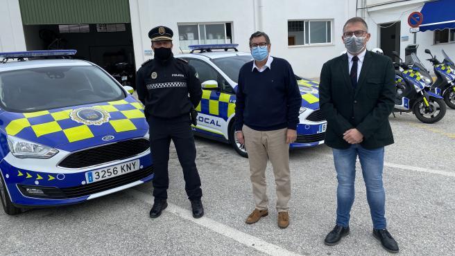 El alcalde de Vélez-Málaga y el concejal de Seguridad informan sobre la adaptación de vehículos la Policía Local a la normativa europea para favorecer su visibilidad