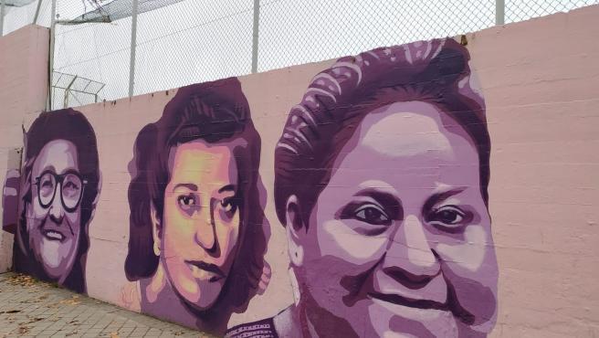 El mural feminista del polideportivo de la Concepción de Madrid que será retirado.