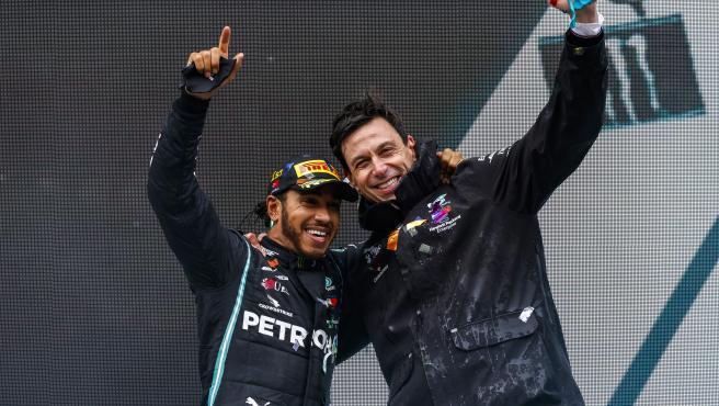 Lewis Hamilton y Toto Wolff, en el podio del GP de Turquía de 2020