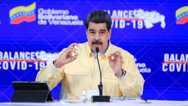 El presidente de Venezuela, Nicolás Maduro, muestra un frasco de Carvativir, durante una comparecencia televisada.