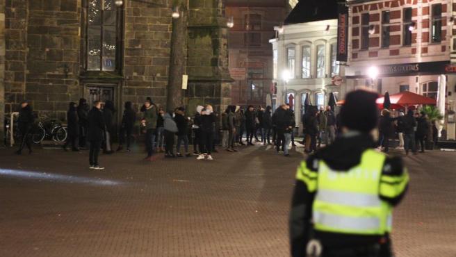 Varias personas protestan en Enschede, Países Bajos, contra el toque de queda impuesto por la pandemia del coronavirus.