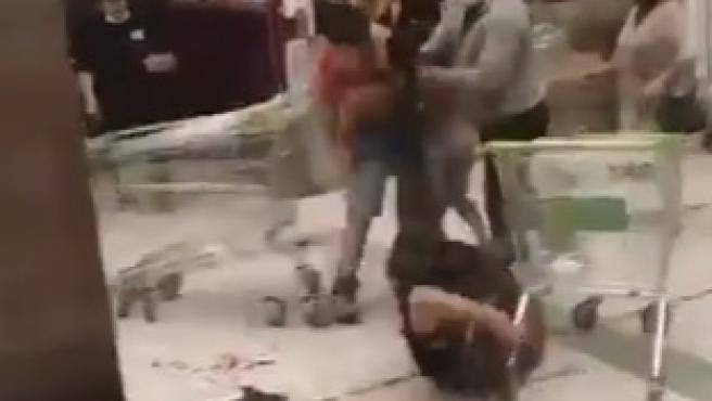 Un joven acuchilla a dos guardias de seguridad en el supermercado en un brutal ataque en Chile.