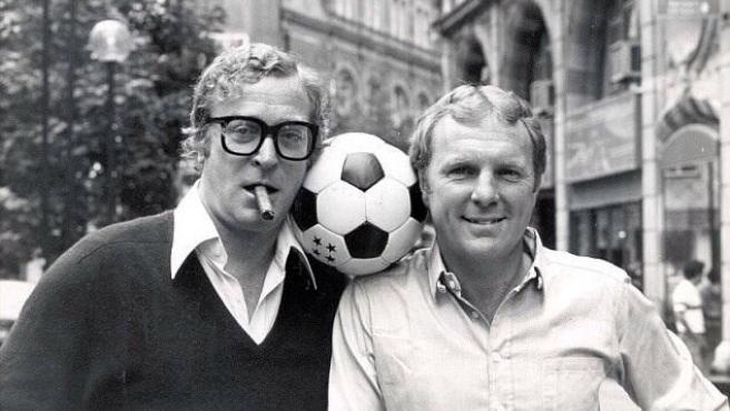 Michael Caine y Bobby Moore, en la premiere de 'Evasión o victoria' en Londres (1981).