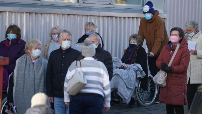 Personas en cola para vacunarse en Newcastle, Inglaterra.