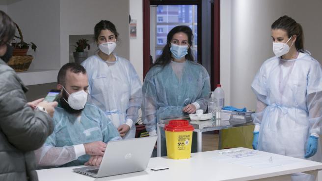 CORONAVIRUS ASTURIAS. Inicio de la segunda tanda de vacunaciones contra el virus SARS-Cov-2, causante de la COVID-19, en el CPR Residencia Mixta de Gijón. Asturias (España), a 18 de enero de 2021