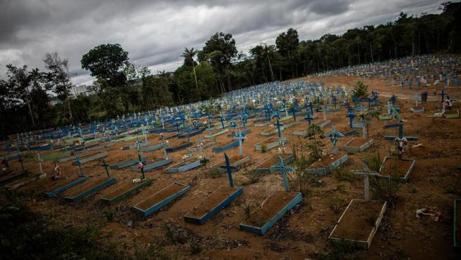 Una zona destinada a fallecidos por COVID-19, en un cementerio público de Manaos, Amazonas (Brasil).
