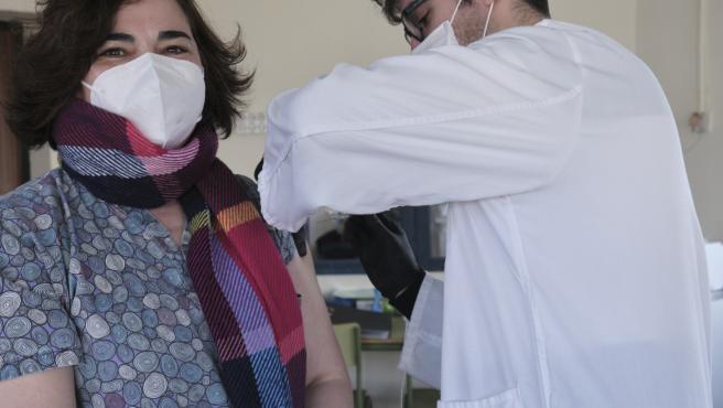 El Dr. Sergio Barbero Sánchez vacuna a Begoña González Santos, personal de la Vivienda Tutelada. Primeras dosis de la vacuna de Pfizer-BioNTech COVID-19 administradas en Campo de Criptana, Ciudad Real, España. 12 de enero de 2021.
