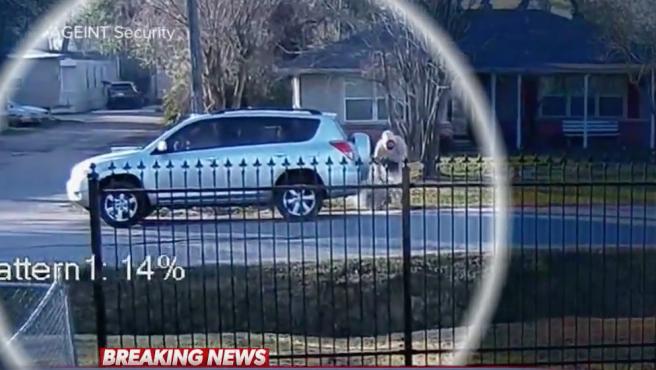 El ladrón de coches dejando al bebé en la calle.