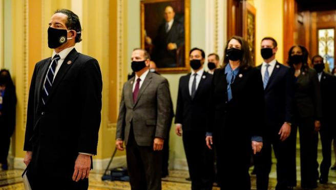 Varios congresistas de EE UU posan tras presentar en el Senado la acusación contra el expresidente Donald Trump, para el inicio del segundo juicio político contra el exmandatario.
