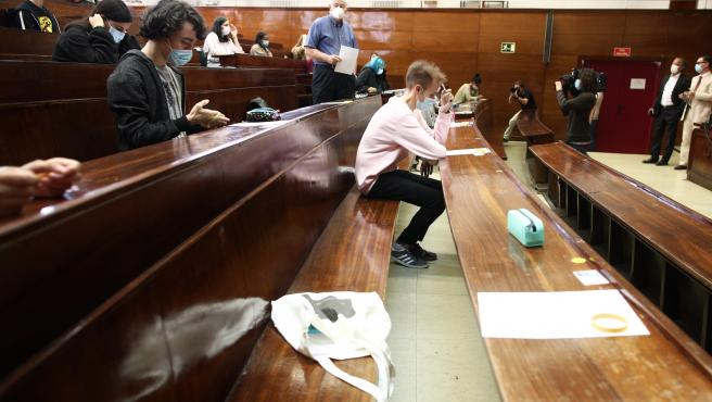 Varios alumnos durante la realización de los exámenes de la EvAU en el aula de examen de la Facultad de Derecho de la Universidad Complutense, Ciudad Universitaria, en Madrid (España), a 8 de septiembre de 2020. Entre hoy y el próximo 1